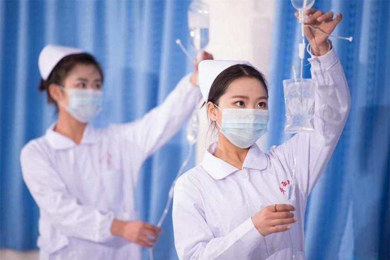 高级护理专业学生护理实验室练习护理技巧技能