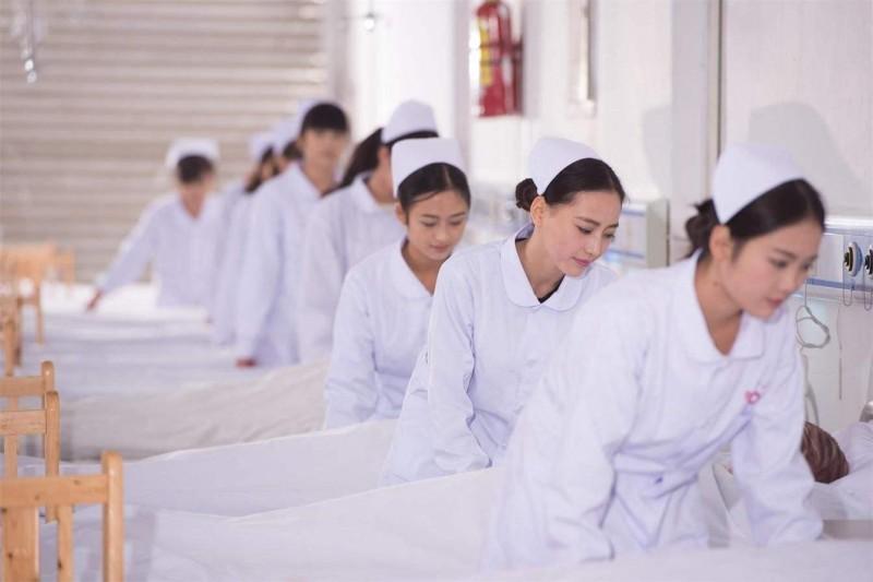 高级护理专业学生护理实验室练习正规护理床整理练习